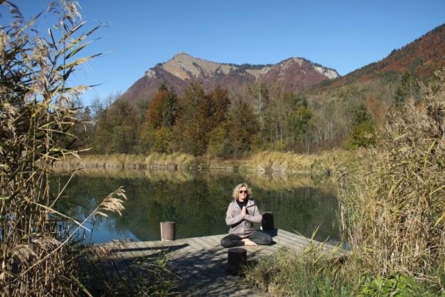 Nathalie Wheatley méditation au bord d'un lac de montagne