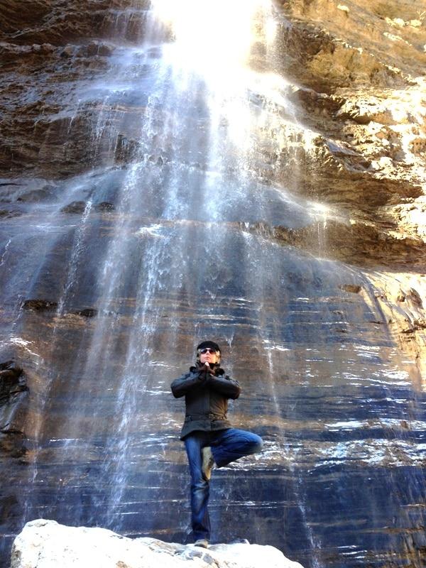 nathalie wheatley posture de yoga devant une cascade
